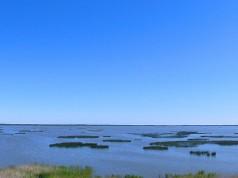 Kamienna wyspa na jeziorze Gardno