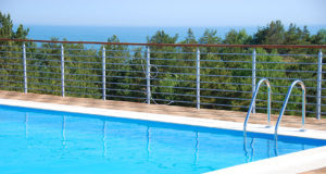ośrodek z basenem nad morzem